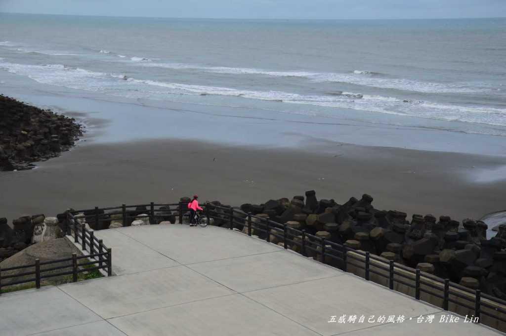 「海天一線看海區」高台可以俯覽竹塹海岸