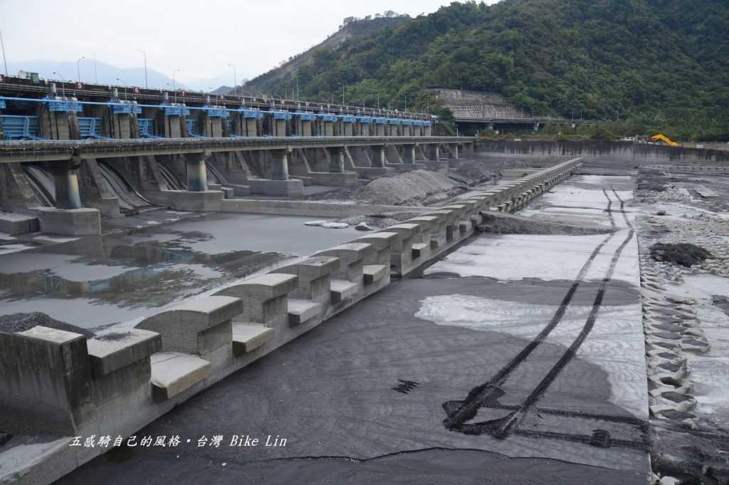 攔河堰前南北兩進水口地下水道幾乎引光水
