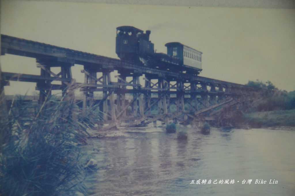 舊車站裡泛黃五分仔車奔馳舊照片