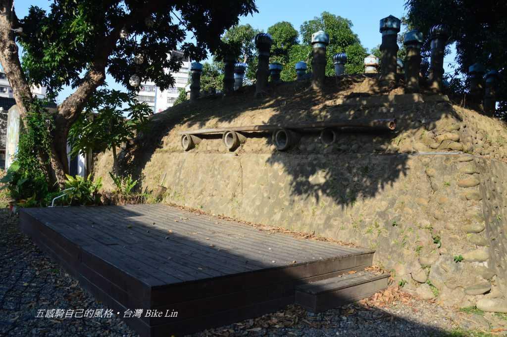 「小房日和」旁的造型奇特建築〈類似防空壕〉