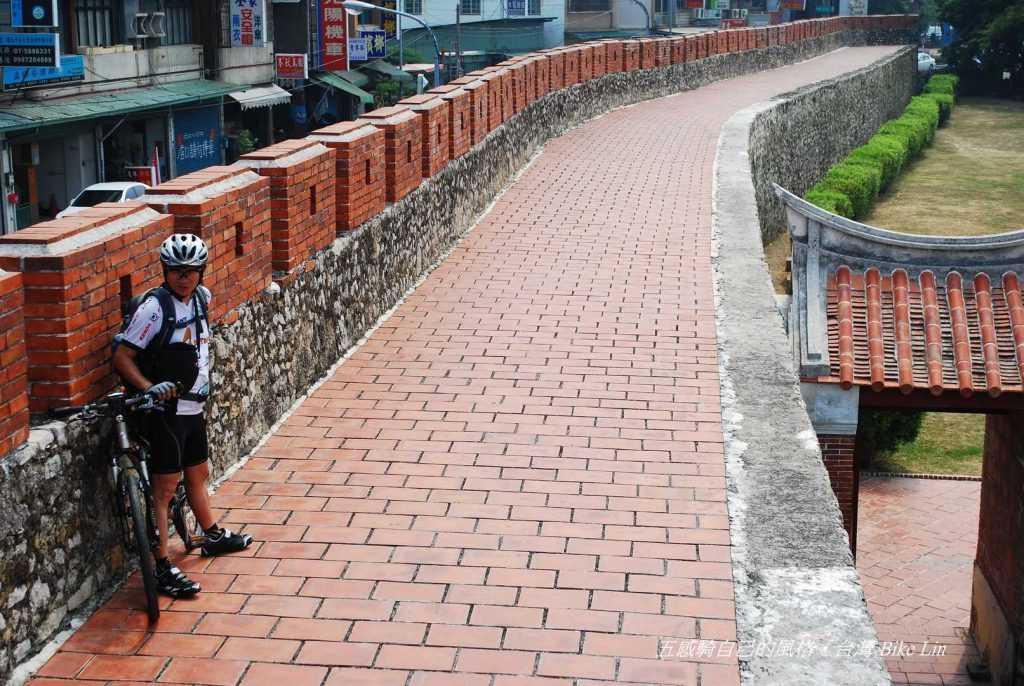 需要鋪面有觸感的鳳山舊城拱辰門城牆