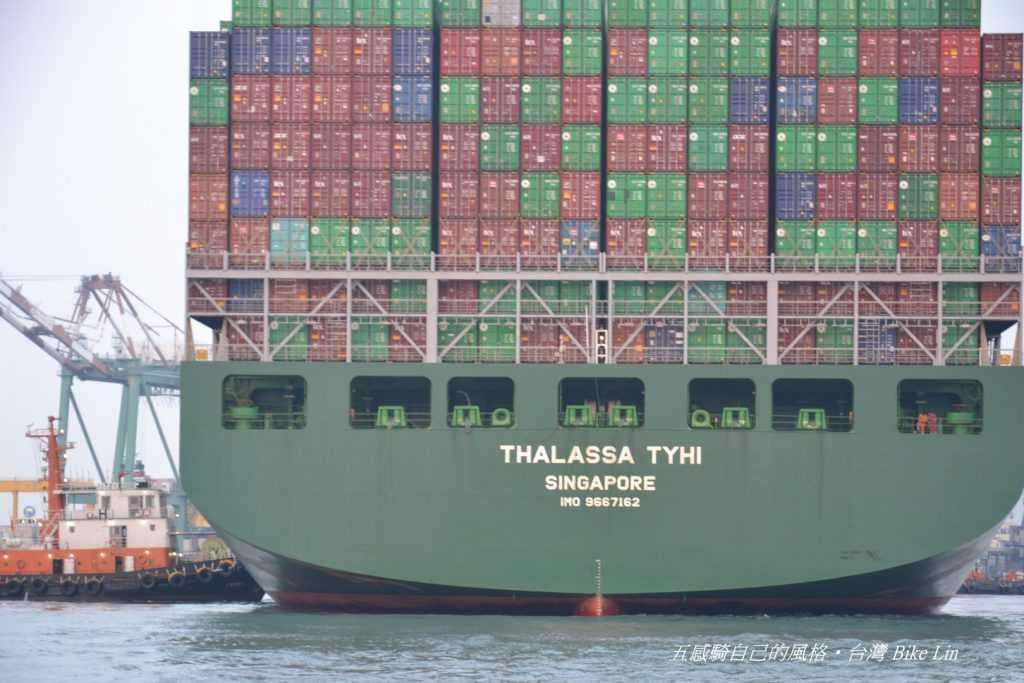 近距離逼視大型貨櫃輪的震撼