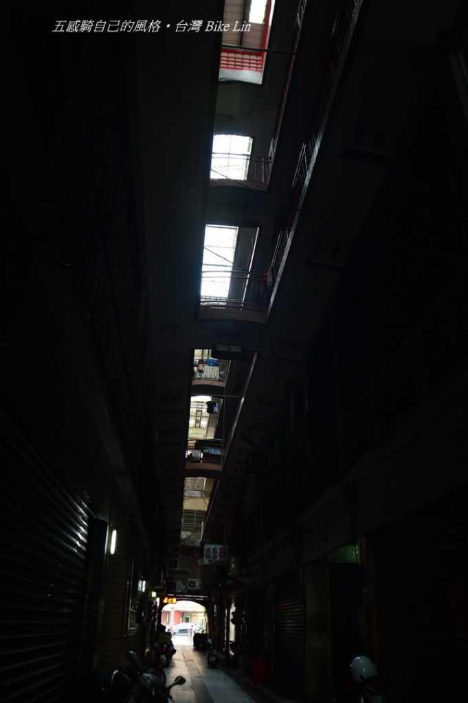 老街暗巷裡