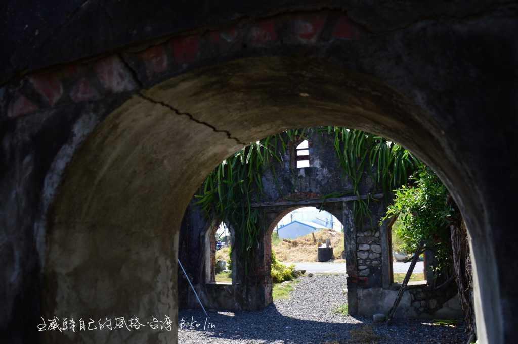 枋寮基督教會舊遺址景象,讓人跌入西部電影場景