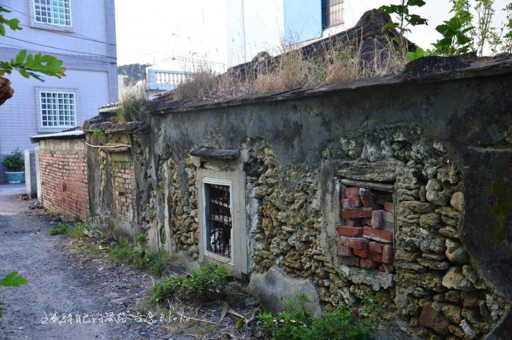 殘破但整潔有年份石頭屋點綴著屬於後灣村原味