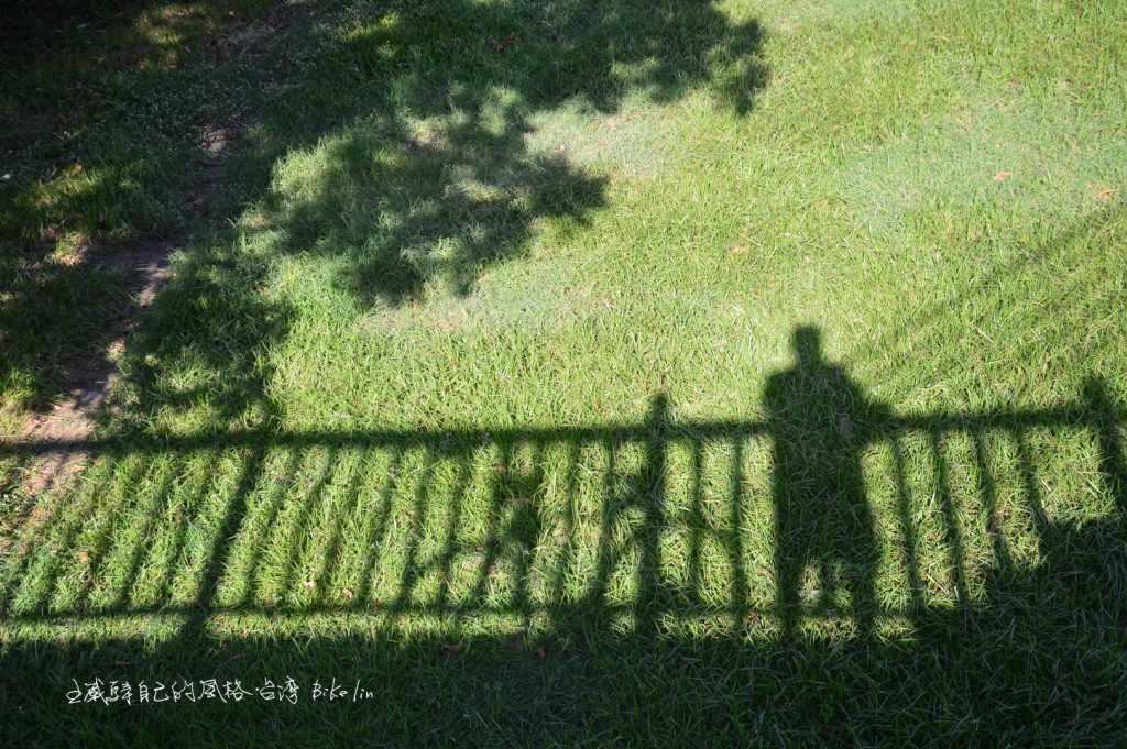 恆春國中校園旁連接東門古城牆道路,陸橋「飄浮城牆」
