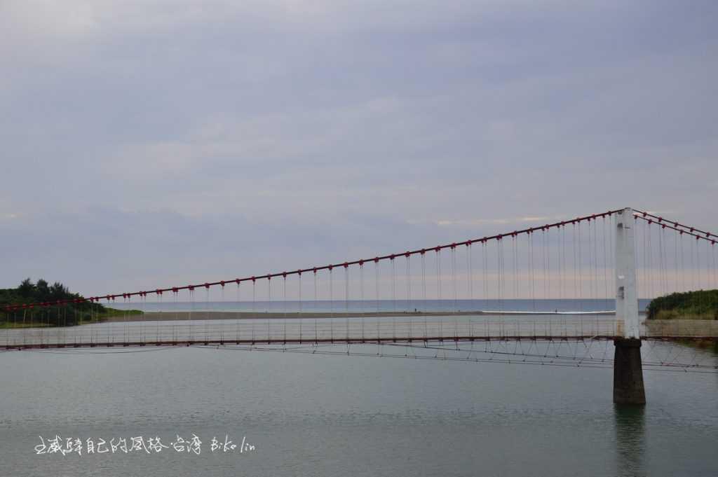 港口吊橋遠方沙灘