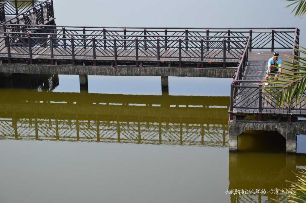 穿梭「崎峰濕地」九曲橋