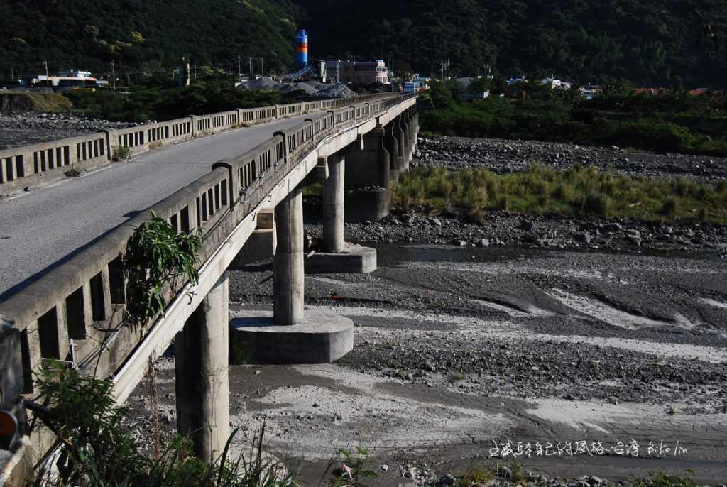 我卻獨鍾2009年莫拉克颱風大災情前的「舊阡仔崙橋」