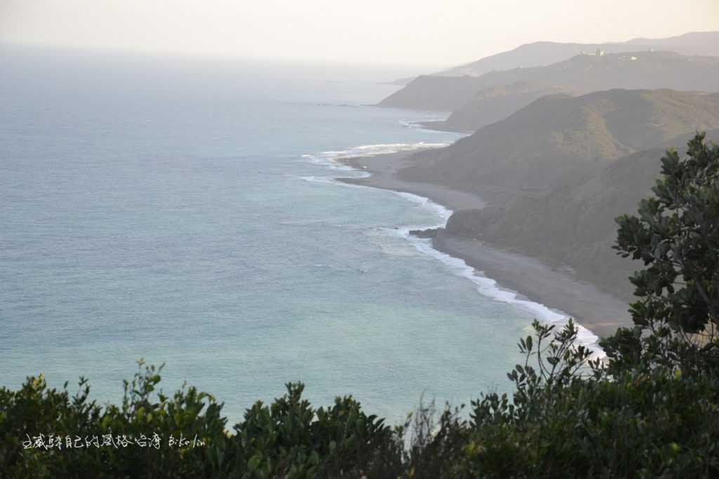 從大草原山頂俯覽「牡丹灣」歷史事件壯闊氣勢