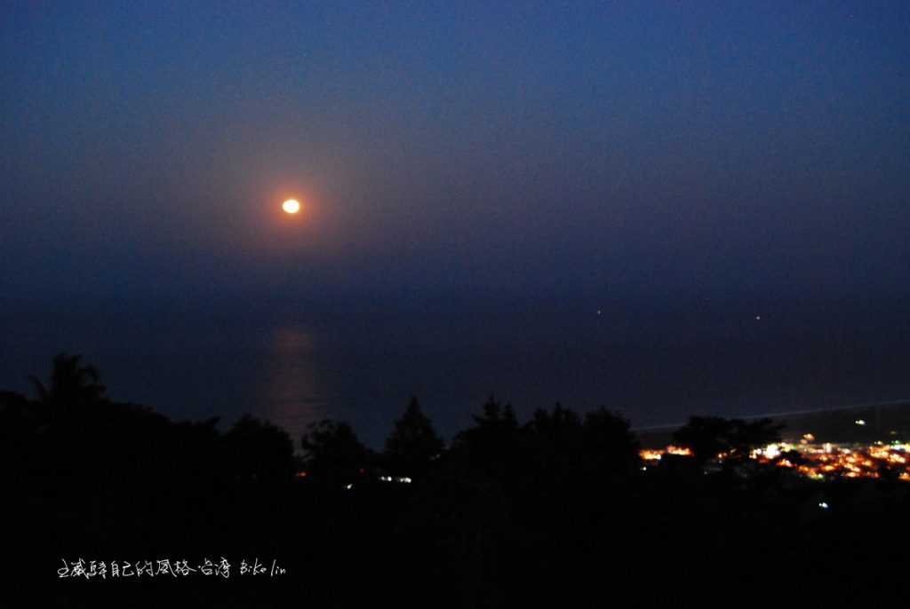 「日昇花園部落」月出於海平線