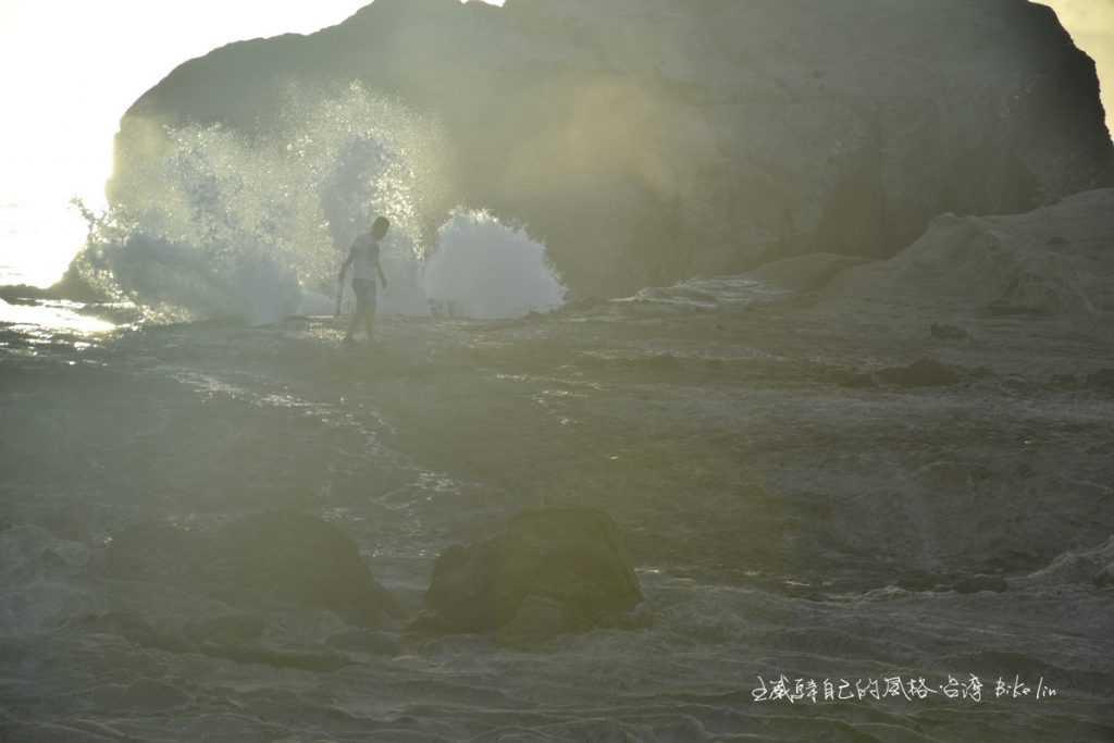 旅人甘心受洗海蝕溝