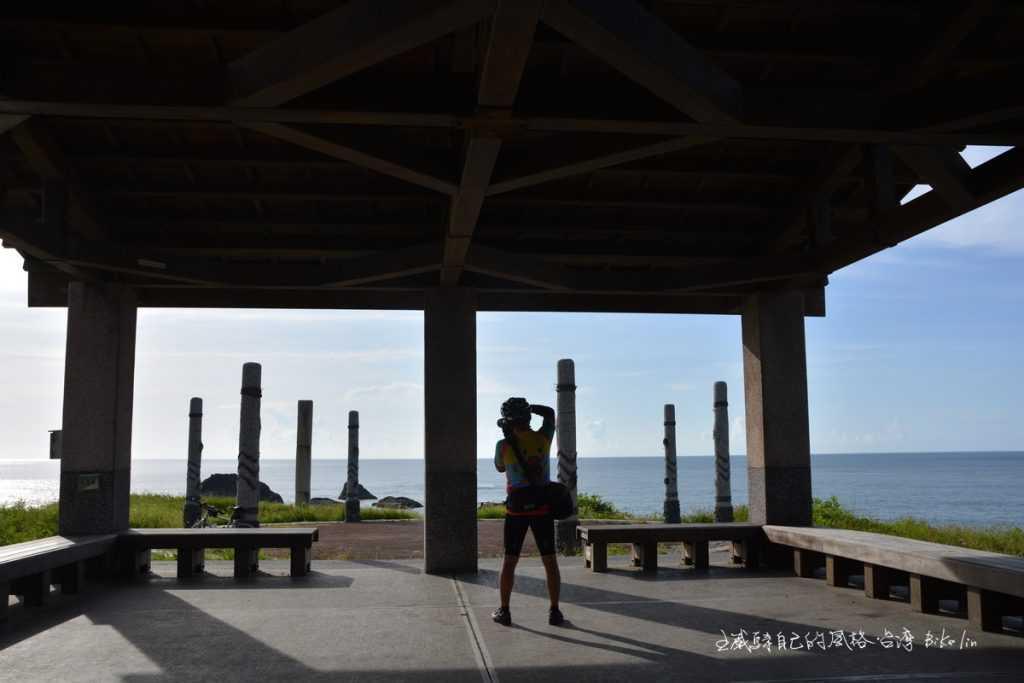 八根圖騰柱子圍繞「港口村海祭場」