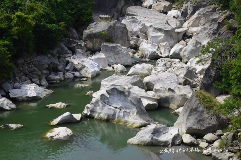 馬武窟溪岸白色石灰岩巨石