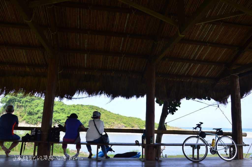 涼亭裡旅人與雲豹被徐徐傳送涼爽海風催眠著