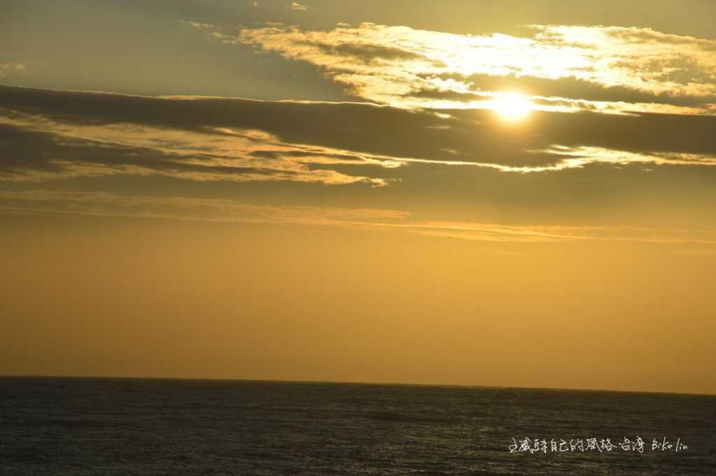 飄盪橫隔在晨曦朝陽之前,灑滿金黃直讓我動容!