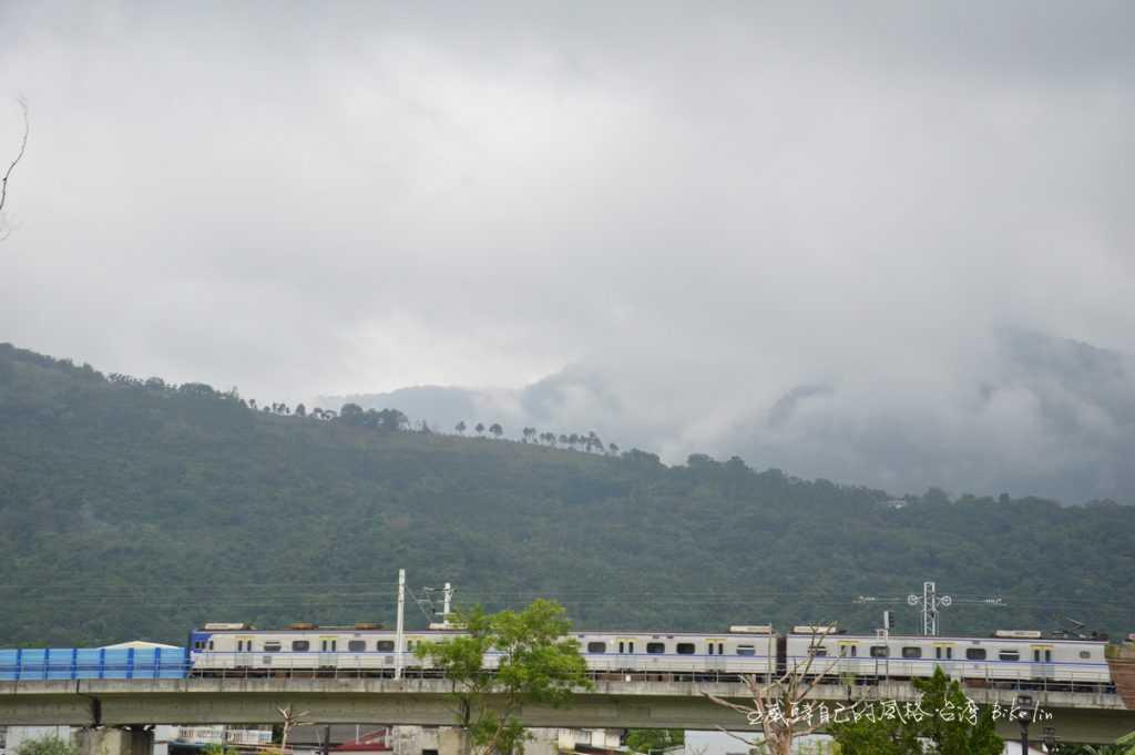 會館旁高架花東縱谷火車