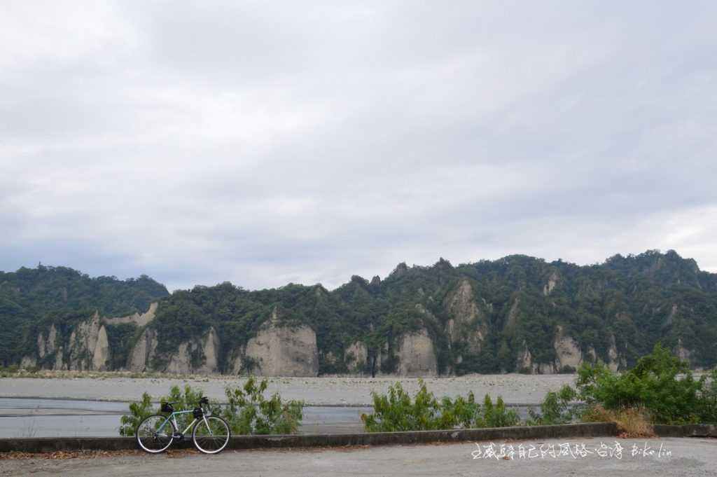 從卑南溪堤防車道直接觀賞最靠近的「小黃山」