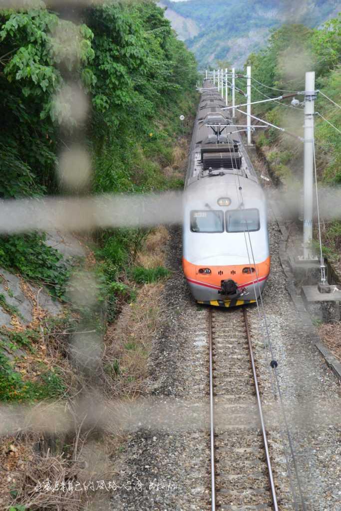 山里和平路鐵道陸橋俯看逼視火車