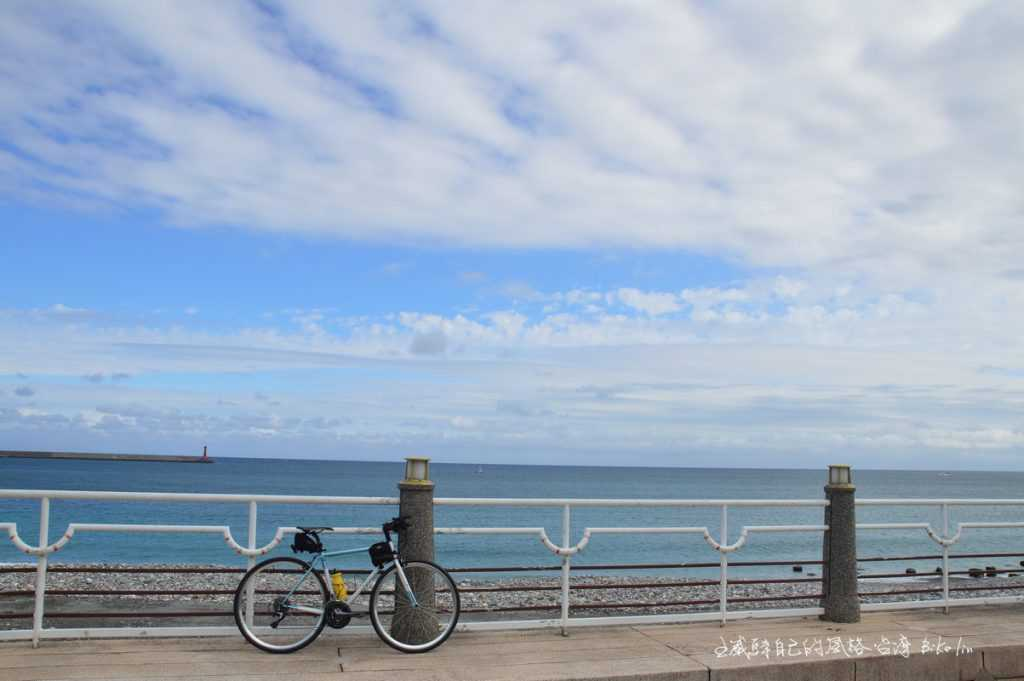 藍天白雲百變有記憶的海堤燈塔