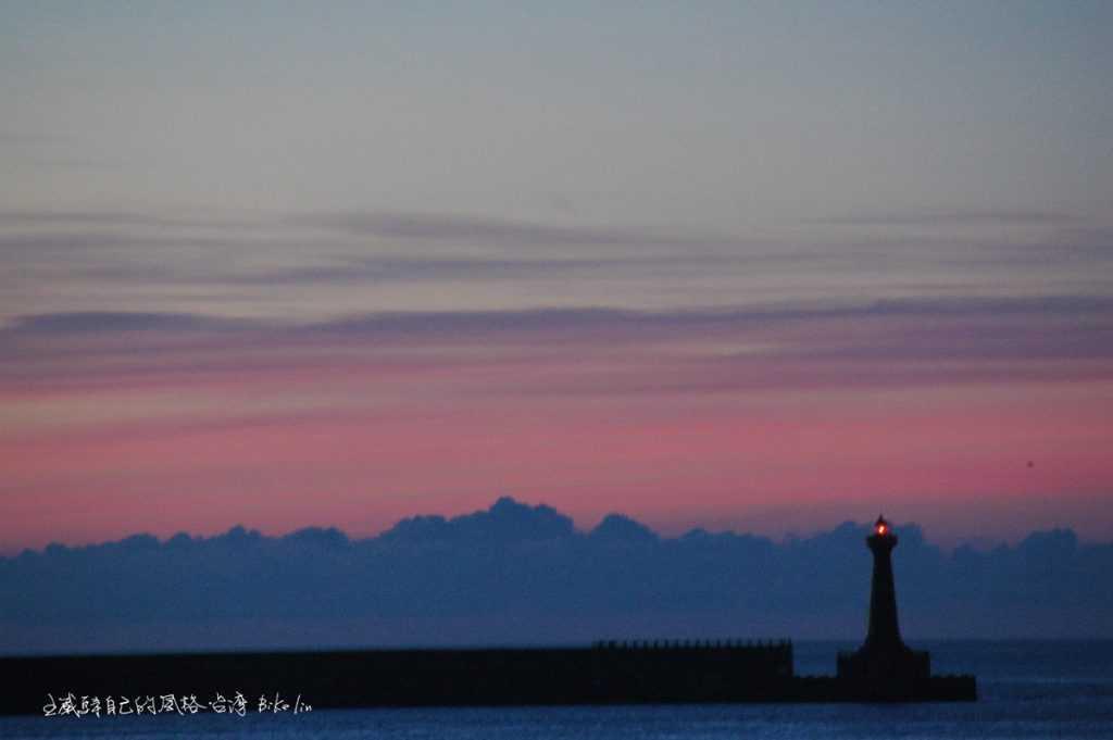 「花蓮港紅燈塔」在粉淡晨曦更出落的美